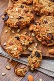 Biscotti di farina d'avena casalinghi con i semi e l'uva passa Fotografie Stock Libere da Diritti