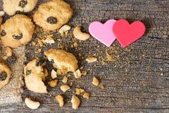 Biscotti di farina d'avena casalinghi con l'anacardio su vecchio Backgro di legno incrinato Fotografia Stock