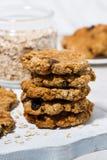 biscotti di farina d'avena casalinghi con l'uva passa sul bordo di legno, verticale fotografie stock libere da diritti