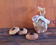 Biscotti di farina d'avena casalinghi con un riempimento Fotografie Stock
