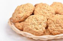 Biscotti di farina d'avena in ciotola di vimini Immagine Stock