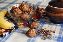 Biscotti di farina d'avena con di pepita di cioccolato e della banana Immagini Stock