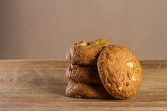 Biscotti di farina d'avena con fondo di legno Fotografia Stock Libera da Diritti