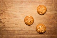 Biscotti di farina d'avena con fondo di legno Immagini Stock