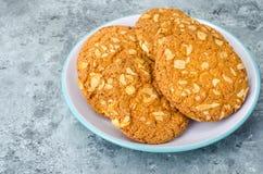 Biscotti di farina d'avena con i dadi fotografia stock