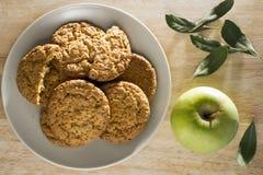 Biscotti di farina d'avena con la vista superiore della foglia di alloro e della mela Fotografia Stock Libera da Diritti