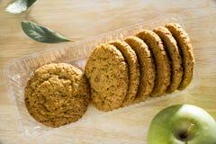 Biscotti di farina d'avena con la vista superiore della foglia di alloro e della mela Fotografia Stock