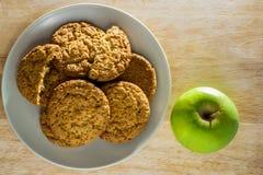 Biscotti di farina d'avena con la vista superiore della mela Fotografie Stock