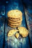 Biscotti di farina d'avena d'annata su fondo di legno rustico Fotografie Stock