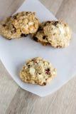 Biscotti di farina d'avena della cioccolata bianca del mirtillo rosso Immagini Stock Libere da Diritti