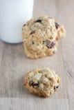 Biscotti di farina d'avena della cioccolata bianca del mirtillo rosso Fotografie Stock