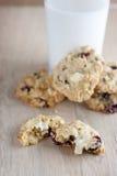 Biscotti di farina d'avena della cioccolata bianca del mirtillo rosso Fotografia Stock