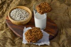 Biscotti di farina d'avena freschi con latte Immagine Stock Libera da Diritti