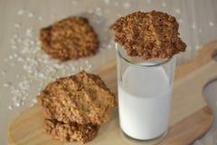Biscotti di farina d'avena freschi con latte Fotografia Stock