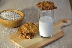 Biscotti di farina d'avena freschi con latte Immagini Stock