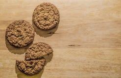 Biscotti di farina d'avena su un bordo di legno Fondo di Brown per un'iscrizione Immagini Stock