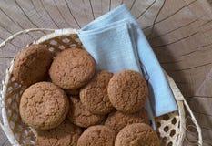 Biscotti di farina d'avena in un canestro su una tavola di legno Vista superiore immagini stock