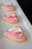 Biscotti di forma del cuore del pan di zenzero in un vassoio del servizio Fotografia Stock Libera da Diritti