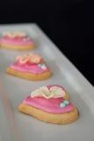 Biscotti di forma del cuore del pan di zenzero in un vassoio del servizio Immagine Stock Libera da Diritti
