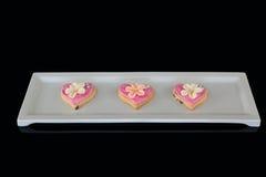 Biscotti di forma del cuore del pan di zenzero in un vassoio del servizio Immagini Stock Libere da Diritti