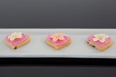 Biscotti di forma del cuore del pan di zenzero in un vassoio del servizio Immagine Stock