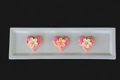 Biscotti di forma del cuore del pan di zenzero in un vassoio del servizio Fotografie Stock Libere da Diritti