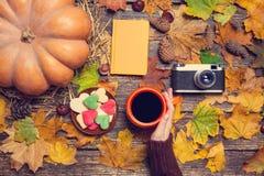 Biscotti di forma del cuore e della tazza di caffè Fotografia Stock Libera da Diritti