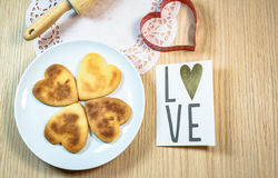 Biscotti di forma del cuore sulla tavola di legno Fotografia Stock