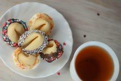 Biscotti di fortuna del biglietto di S. Valentino sul piatto per il giorno speciale Fotografie Stock Libere da Diritti