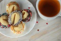 Biscotti di fortuna del biglietto di S. Valentino sul piatto per il giorno speciale Immagini Stock Libere da Diritti