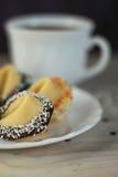 Biscotti di fortuna del biglietto di S. Valentino sul piatto per il giorno speciale Fotografie Stock