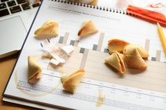 Biscotti di fortuna su un grafico finanziario Concetto di processo decisionale Fotografie Stock
