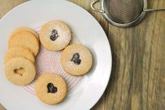 Biscotti di Linzer con inceppamento casalingo fotografia stock