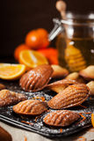 Biscotti di madeleines del miele e dell'arancia fotografie stock