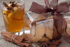 Biscotti di mandorla casalinghi di natale con tè in Fotografie Stock Libere da Diritti