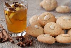 Biscotti di mandorla casalinghi di natale con tè Immagini Stock