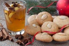 Biscotti di mandorla casalinghi di natale con tè Immagini Stock Libere da Diritti