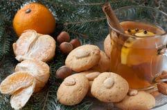 Biscotti di mandorla casalinghi di natale con tè Immagine Stock