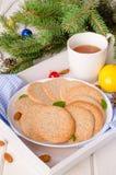 Biscotti di mandorla croccanti della vaniglia su un piatto immagine stock