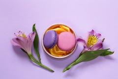 Biscotti di mandorla dei maccheroni e fiori francesi di alstroemeria Immagini Stock Libere da Diritti