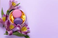 Biscotti di mandorla dei maccheroni e fiori francesi di alstroemeria Fotografia Stock