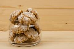 Biscotti di mandorla italiani in barattolo sulla tabella di legno 3 Fotografia Stock Libera da Diritti