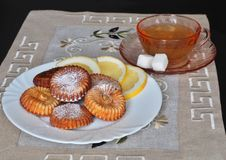 Biscotti di mungo nero del ¡ di Ð e una tazza di tè immagine stock