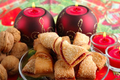 Biscotti di Natale, candele, noce Immagine Stock