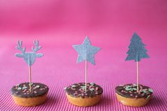 Biscotti di Natale con il cappello a cilindro di deco su fondo rosa Immagine Stock