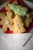 Biscotti di Natale con la busta indirizzata a Santa Fotografia Stock