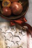 Biscotti di Natale con la ciotola di frutti Fotografia Stock