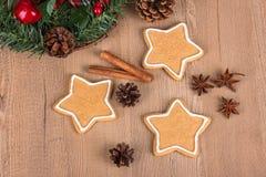Biscotti di Natale con la decorazione Fotografia Stock Libera da Diritti