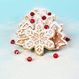 Biscotti di Natale con le bacche in farina Fotografie Stock Libere da Diritti