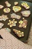 Biscotti di natale del cioccolato di cottura Immagine Stock